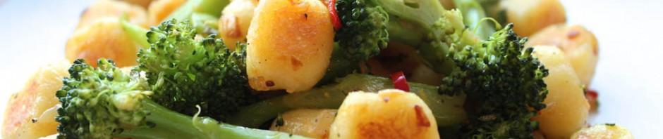 Молодой картофель с  перцем чили и брокколи